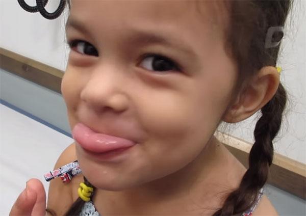 Девочка немного высунула язык