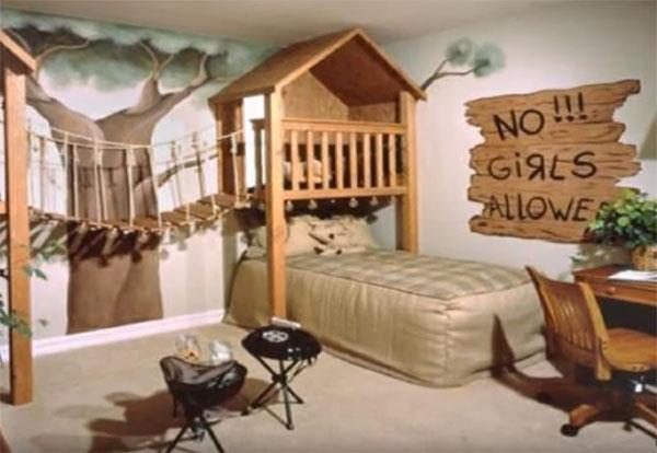 Над кроватью подобие теремка, к нему тянется веревочная лестница, на стене нарисовано дерево
