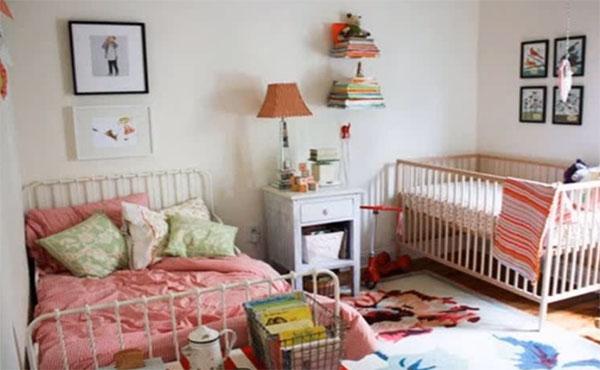 Часть комнаты для взрослого ребенка и кроватка