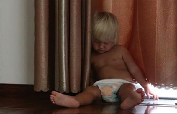 мальчик сидя уснул под окном