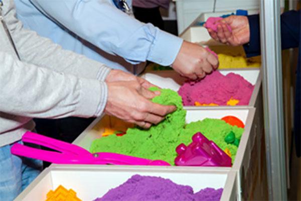 Несколько резервуаров с разноцветным кинетическим песком