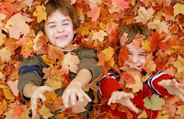 Дети лежат в листьях, на сырой земле