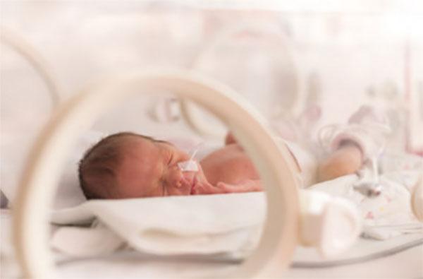 Недоношенный ребенок в кювете