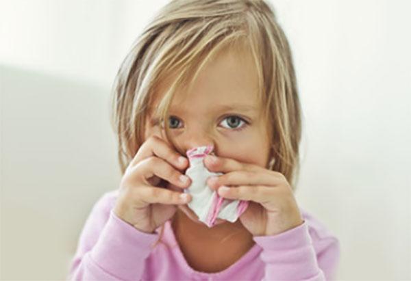 Девочка с носовым платочком возле носика