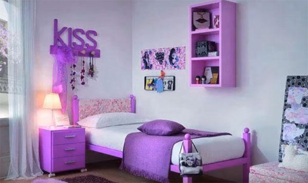 "Комната девочки. На стене полки, надпись ""kiss"""