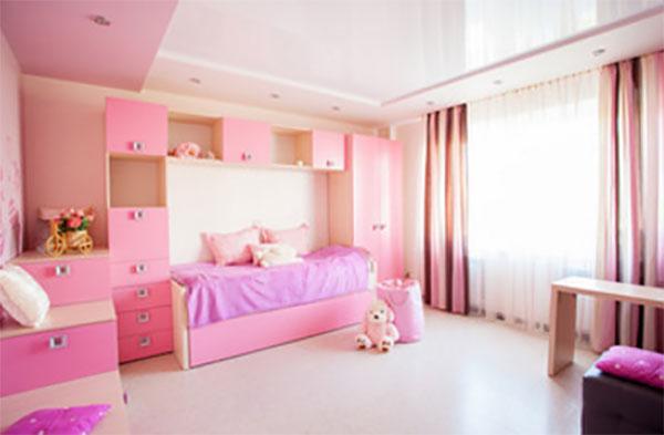 Большая комната девочки. Преобладает сдержанность и оттенки розового