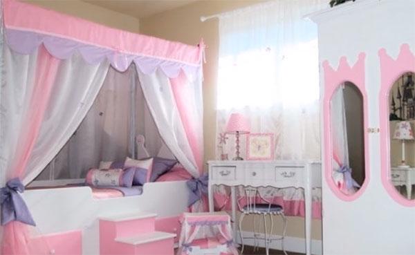 Стилистика принцесс, проявляется в виде кровати и обделке зеркал