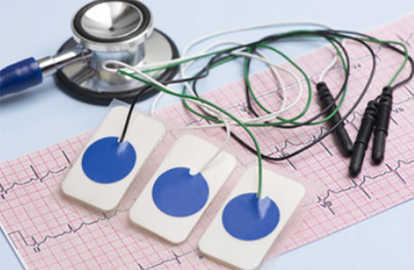 Датчики, лента с кардиограммой и стетоскоп