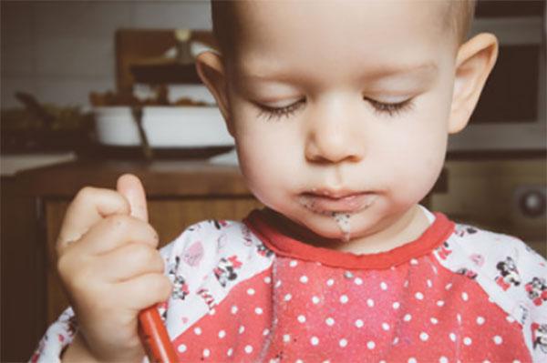 Двухлетняя девочка ест, засыпая на ходу