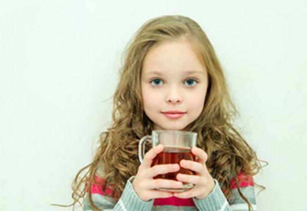 Девочка пьет травяной отвар