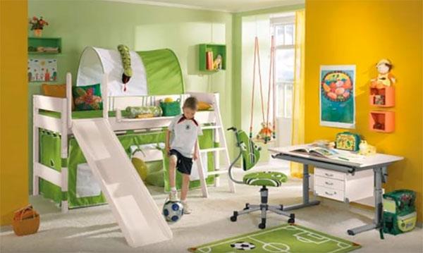 Стены в комнате оранжевого цвета, а весь декор салатновый