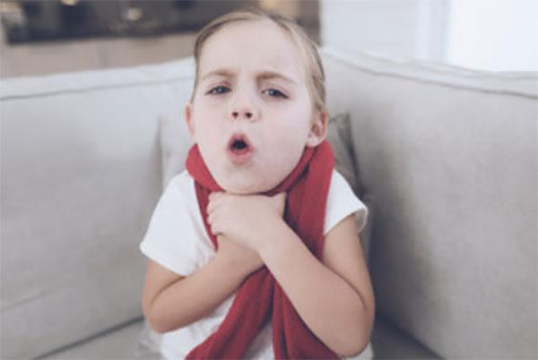 Ребенок сильно кашляет и держится за горло