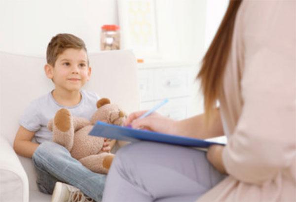 Психолог общается с мальчиком