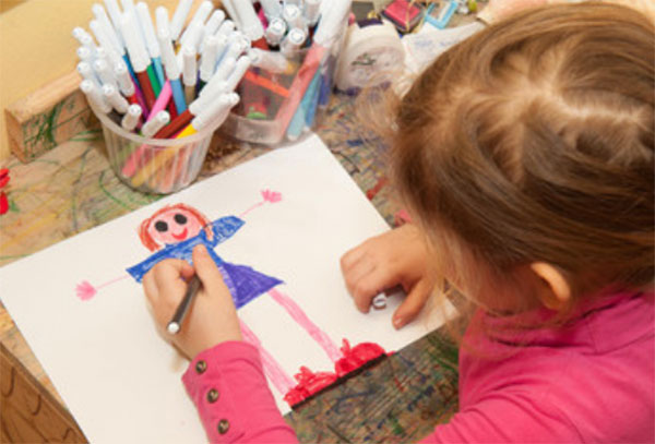 Девочка рисует себя
