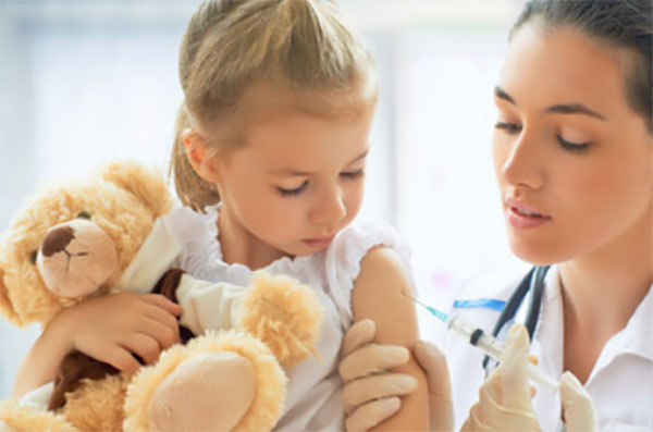 Доктор делает девочке прививку