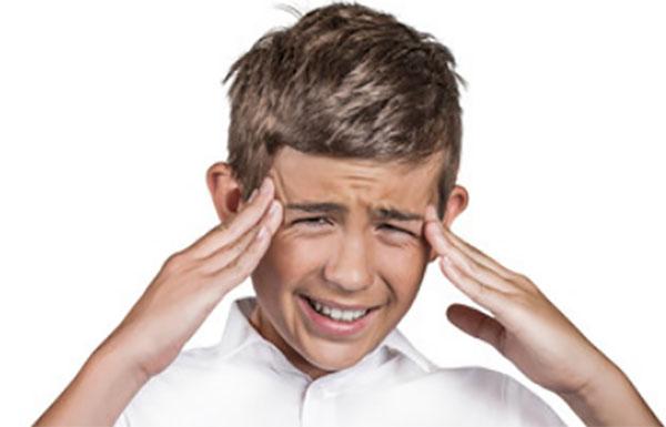 У мальчика сильно болит голова, держится пальцами за виски
