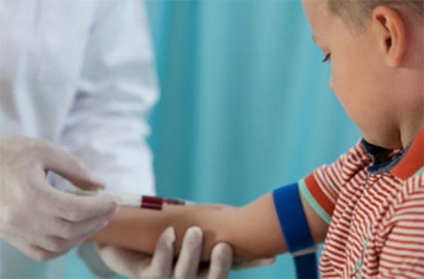 У ребенка берут кровь из вены
