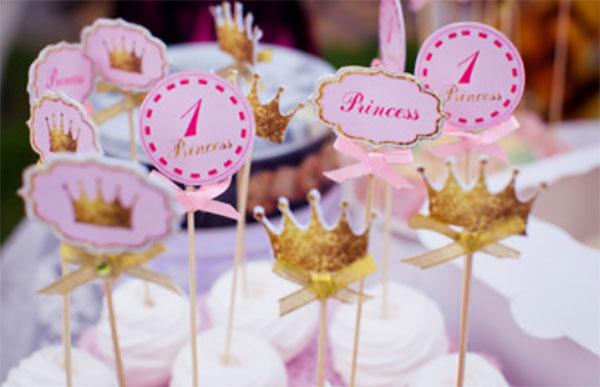 Зефирки с воткнутыми палочками, на концах которых надпись {amp}quot;принцесса{amp}quot;