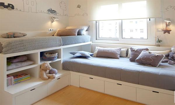 Две кровати, под ними ящики для складывания вещей