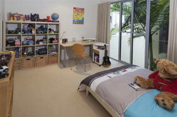 Мальчиковая комната, на полках, кровати и столе его вещи