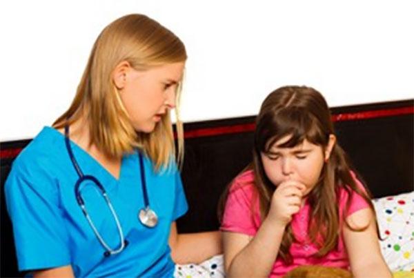 Девочка сильно кашляет. Рядом сидит доктор