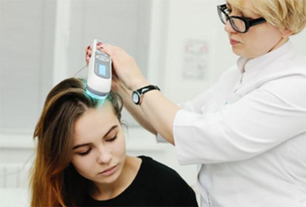 Девочке с помощью физиопроцедур лечат псориаз головы