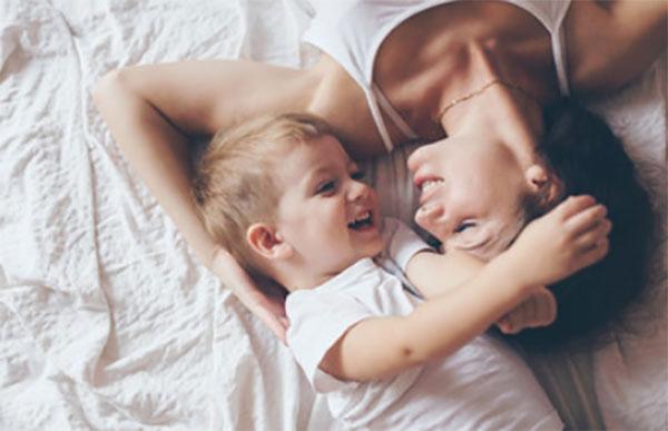 Мама с сыном на кровати