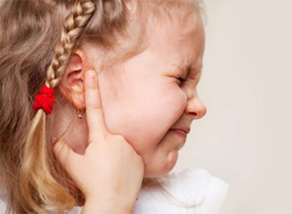 У маленькой девочки сильно болит ушко