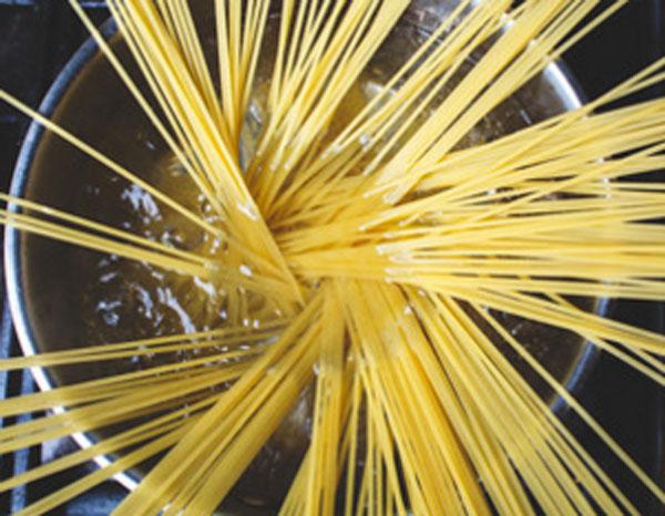 Спагетти в кастрюле с водой