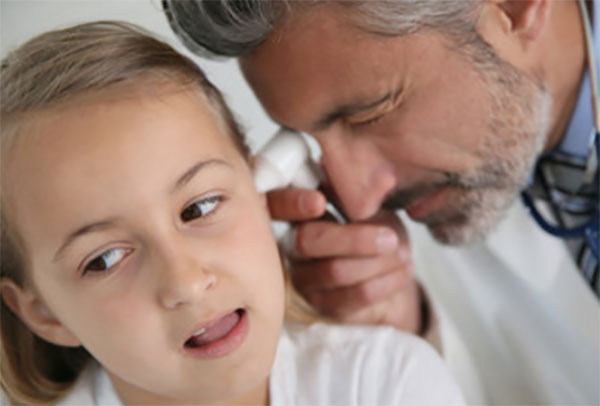 ЛОР осматривает ухо девочки