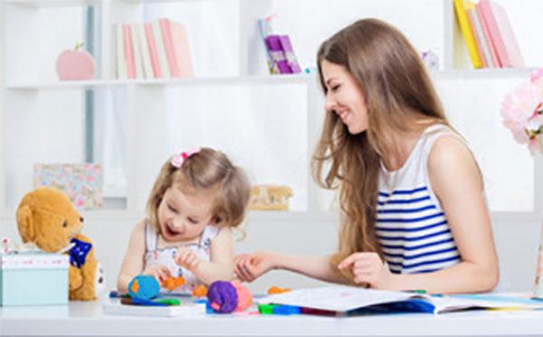 Дочка показывает маме на игрушку