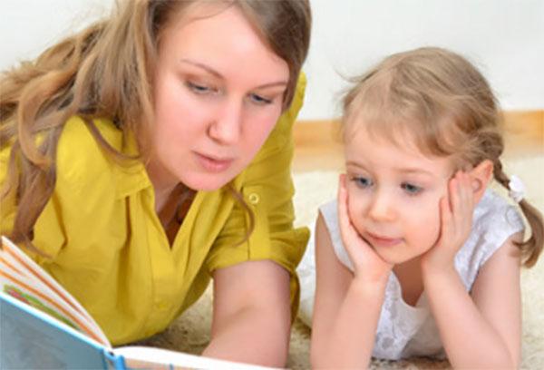 Мама читает дочке сказку