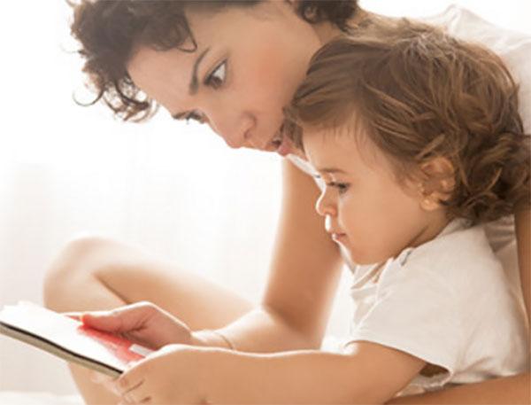 Мама знакомит ребенка с книгой