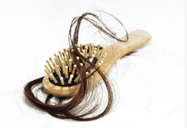 Расческа с клоком волос