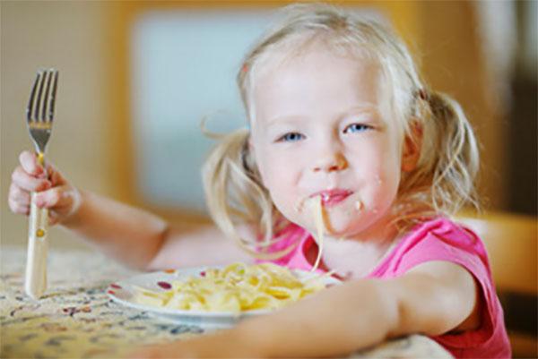 Девочка ест макароны