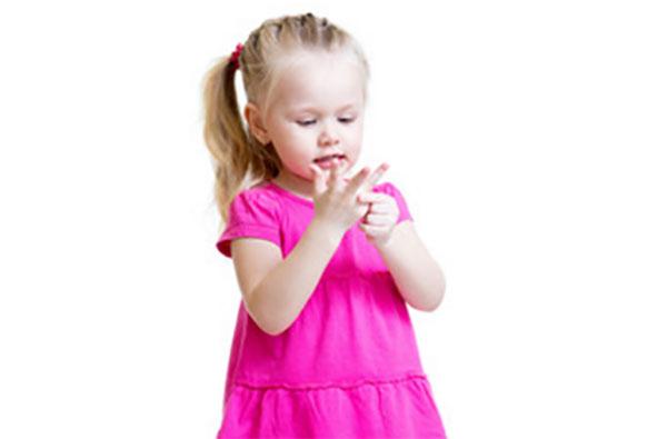 Двухлетняя девочка считает на пальцах