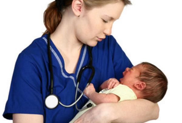 Грудничок у доктора на руках