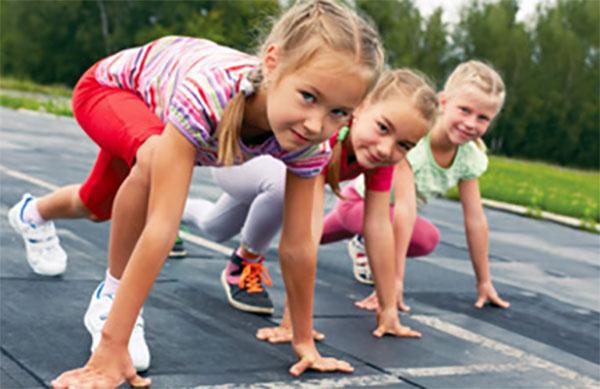 Три девочки на старте, готовятся бежать