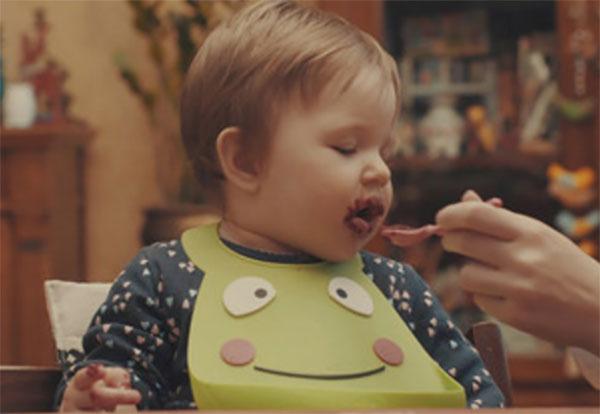 Ребенка кормят с ложечки борщом