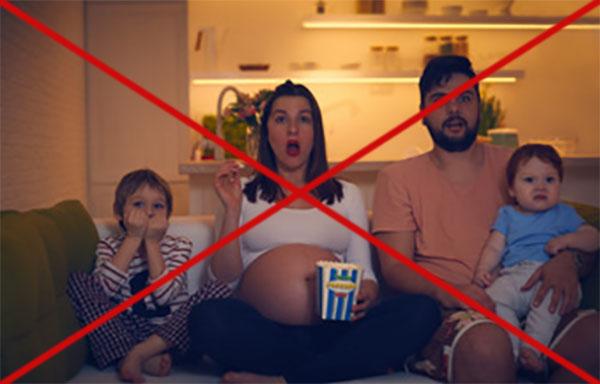 семья смотрит страшный фильм