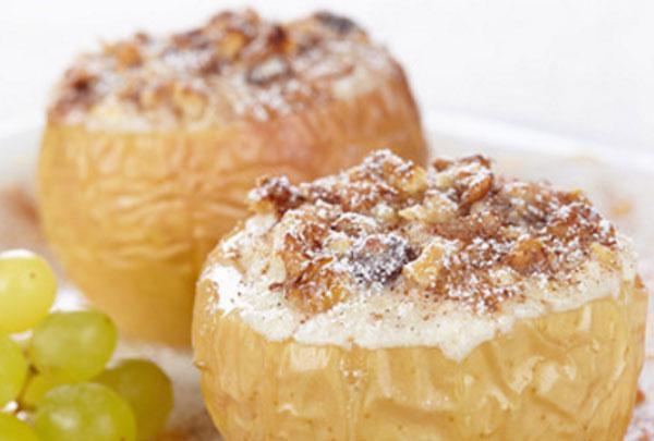 Готовые яблоки с творогом и изюмом