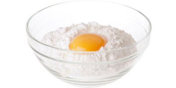 В миску с мукой вбили яйцо