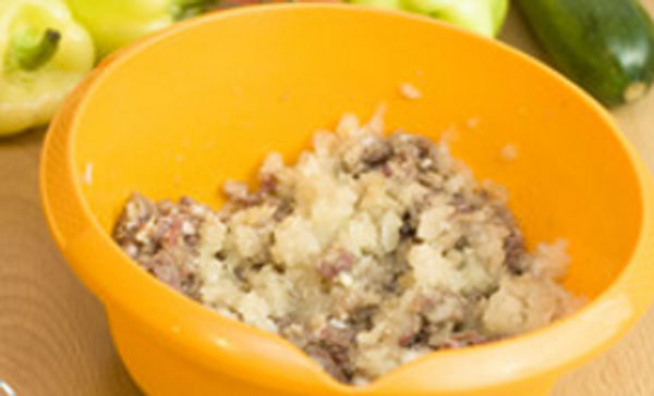 Миска с фаршем и рисом