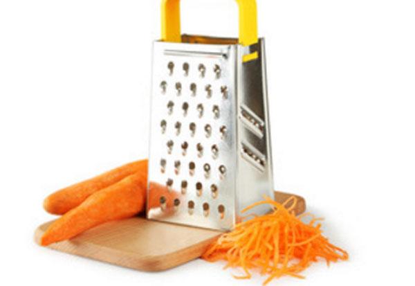 Морковь натертая и очищенная, рядом терка