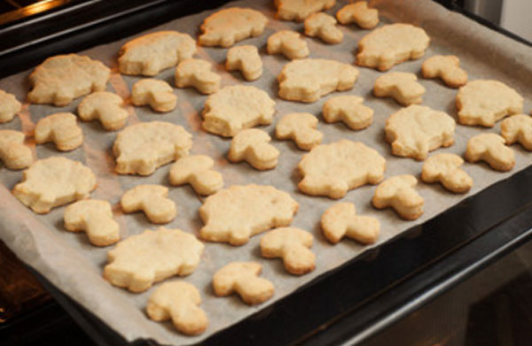 Готовое печенье на противне