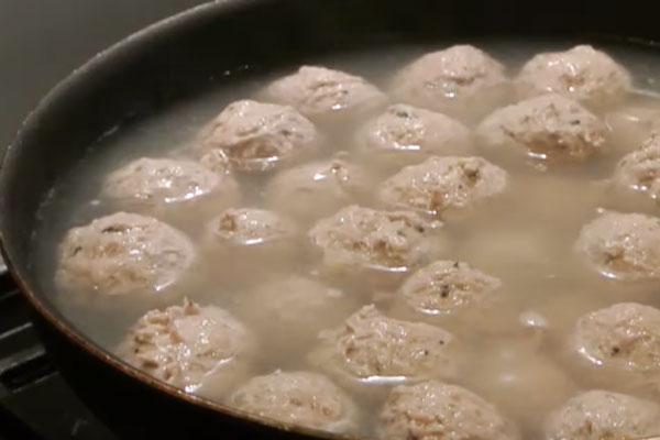 Практически сваренные куриные фрикадельки