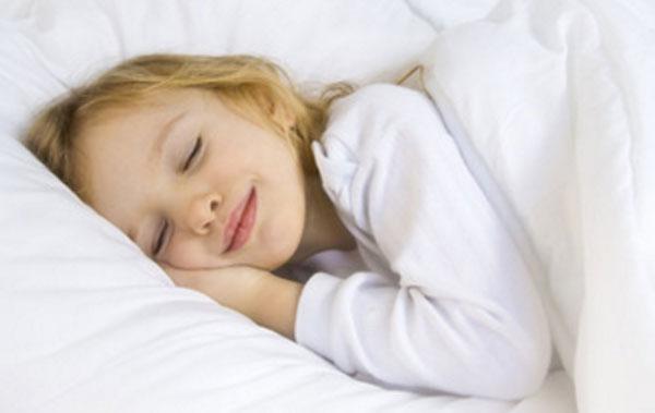 Девочка сладко спит