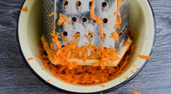 Морковь натирают на терке
