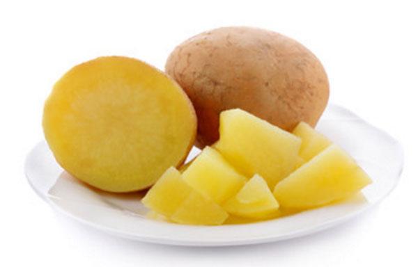 Отварной картофель. Частично без шкурки и покрошен на кусочки