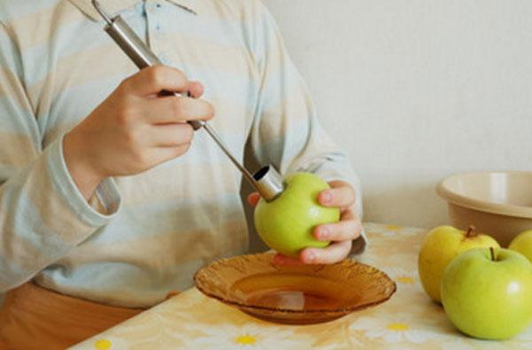 Вырезание сердцевины яблок